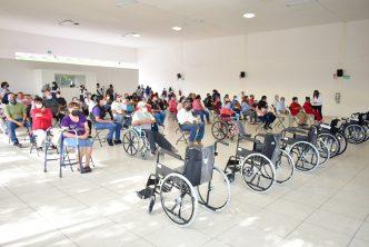 Municipio entrega sillas de ruedas a niños y adultos discapacitados