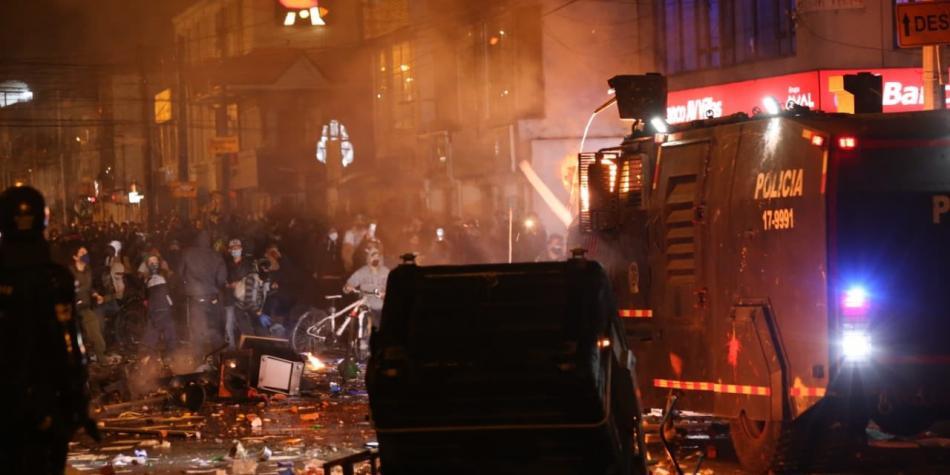 Bogotá pasa por segunda noche de enfrentamientos contra policías
