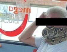 """Hombre usa serpiente """"como cubrebocas"""" al subirse a metro de Manchester"""