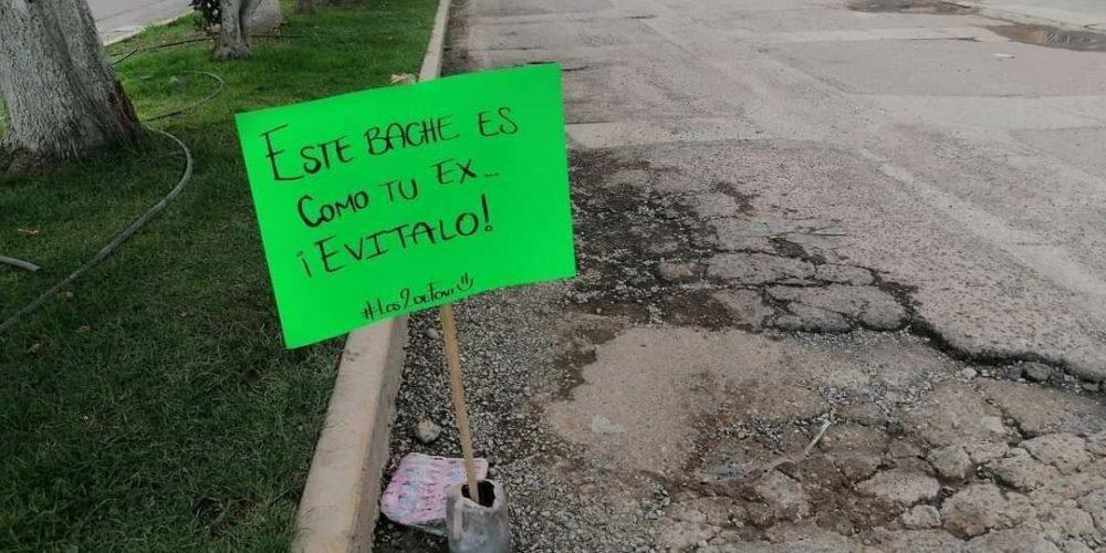 """""""Tapan"""" con pancartas feministas baches en Pabellón de Arteaga"""