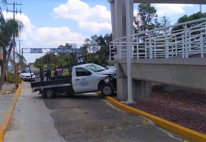 Conductor choca contra el puente peatonal en Vistas del Sol