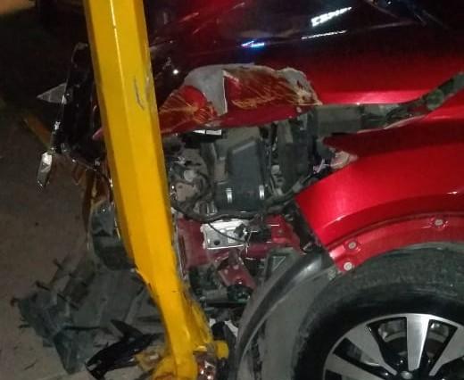 Destrozó su auto al chocar con un poste en Aguascalientes