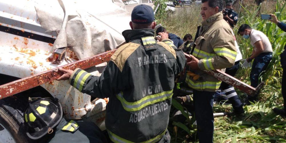Pipa arrolla puesto de comida: 2 muertos y 5 heridos en Aguascalientes