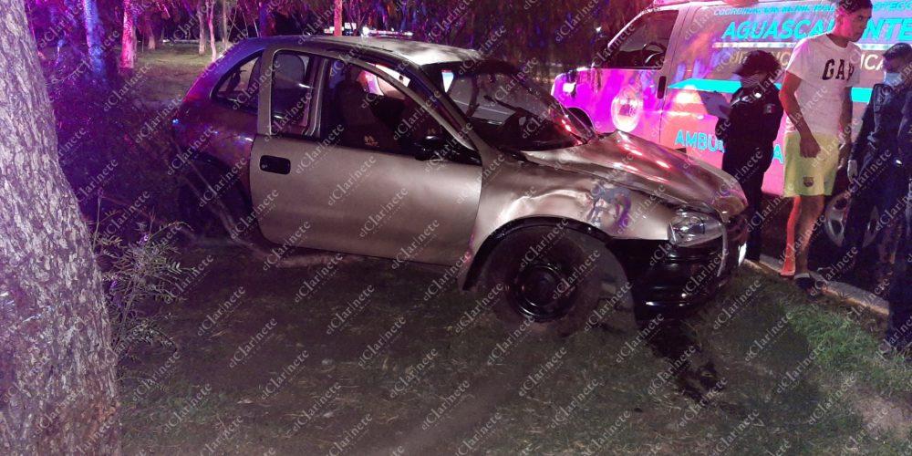 Conductor pestañeó y chocó con un poste frente al Infonavit Morelos