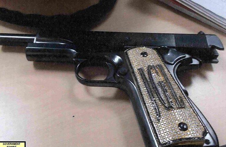 Diamantes, zirconias y miles de pesos invertidos en las pistolas de Iván Archivaldo