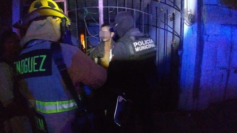 Rescatan a quincuagenario que se negaba a salir de su domicilio en llamas