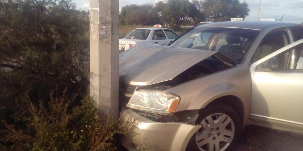 Conductor pierde el control del volante y se impacta contra un poste de luz