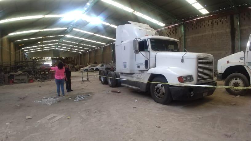 Localizan el cuerpo sin vida de una persona al interior de un camión