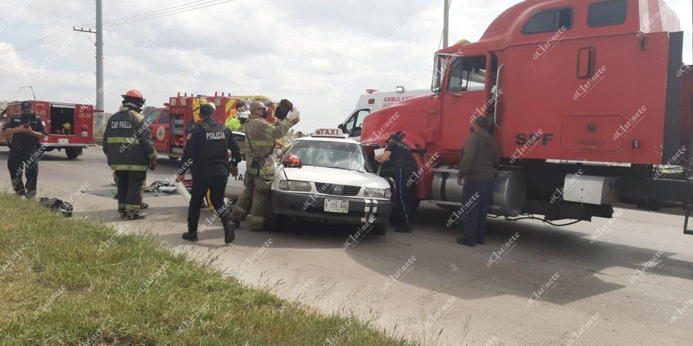 Taxi chocó contra tráiler en Siglo XXI; la pasajera murió y el conductor quedó lesionado