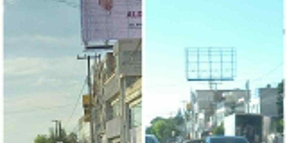 Superdelegado Aldo Ruiz baja espectaculares promocionando su imagen