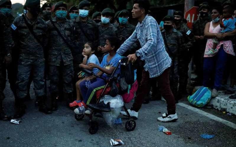 Bloquean caravana migrante y deportan a más de 2 mil hondureños