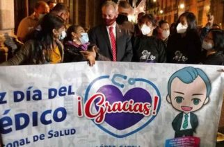Club de fans le lleva serenata a López-Gatell por Día del Médico