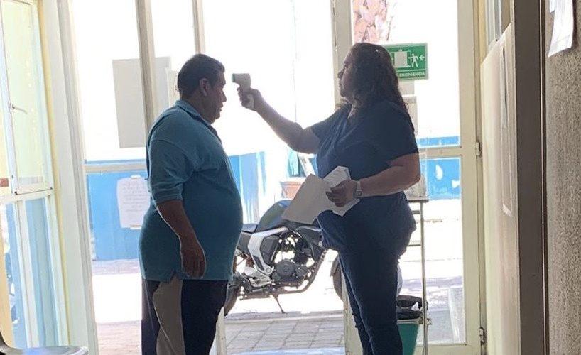 Personal médico de clínica en Jesús María atiende sin cubrebocas