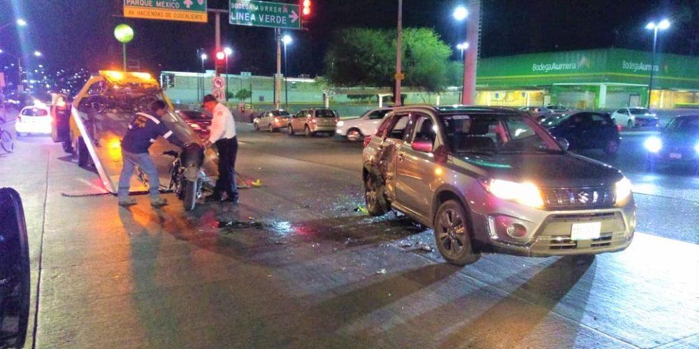 Conductor impacta a motociclista y lo deja herido en Haciendas de Aguascalientes