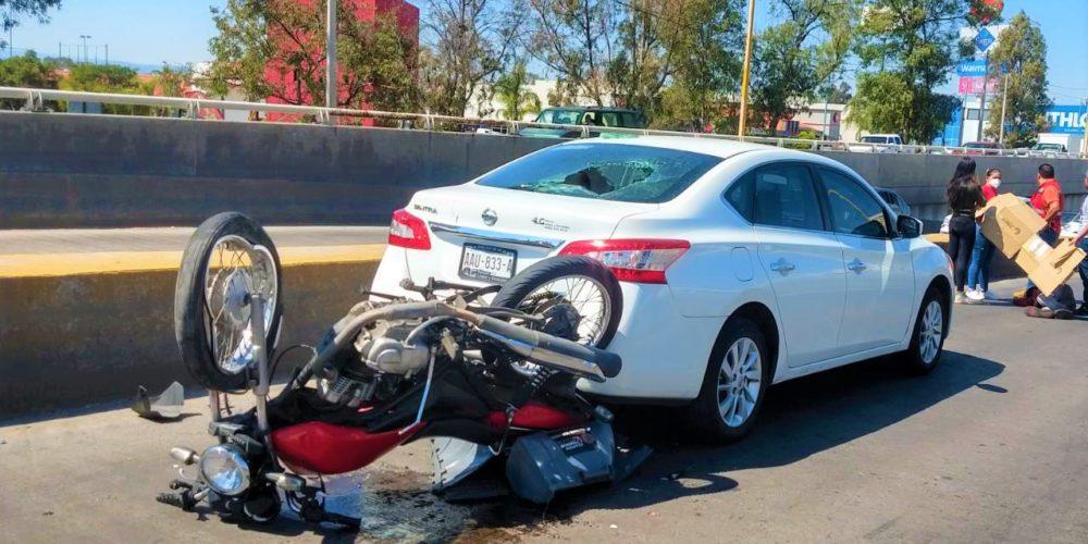 Motociclista se estrella contra vehículo sobre el Bulevar Zacatecas