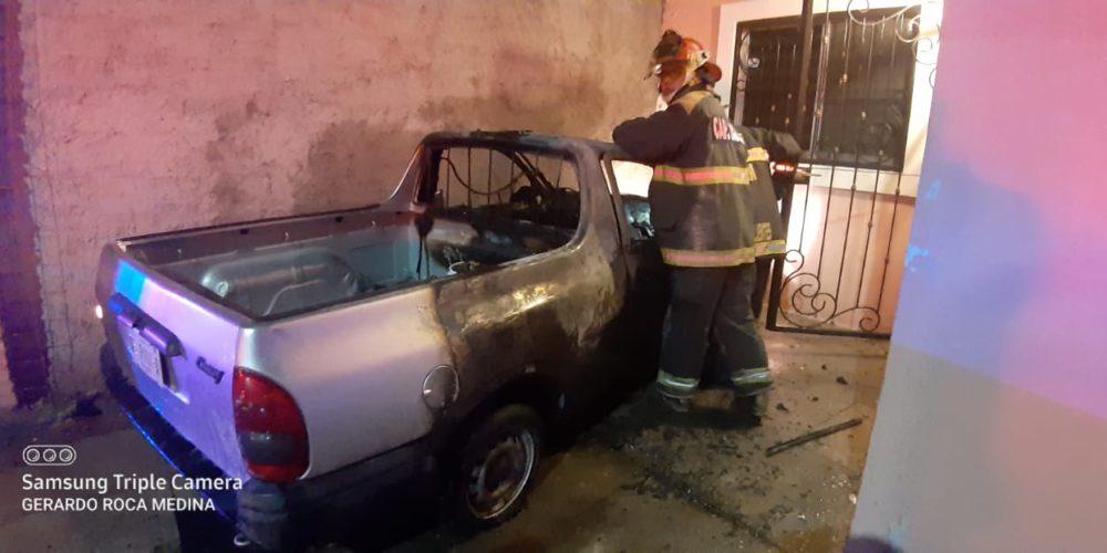 Se incendia camioneta por un corto circuito en La Casita