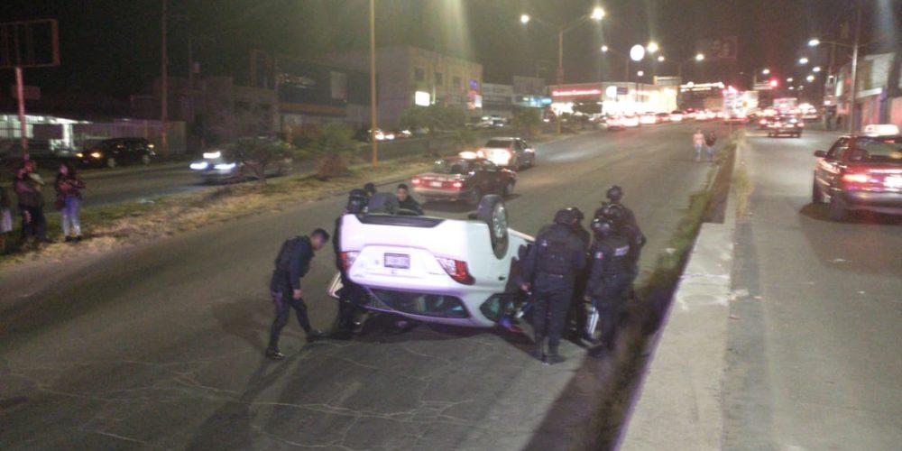 Auxilian a conductor que volcó su vehículo en Avenida Siglo XXI