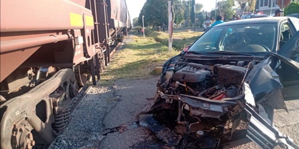 Tren impacta a conductor que intentó ganarle el paso en Pabellón de Arteaga