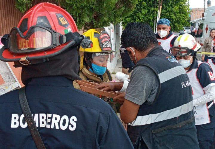 Bomberos liberan a persona atrapada en los barrotes de un barandal