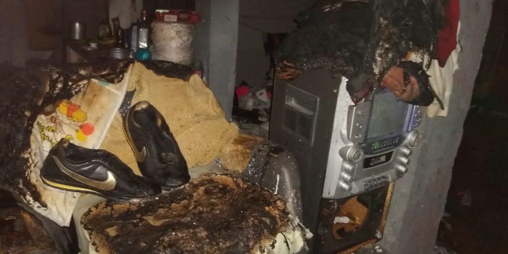Incendio consume muebles de un domicilio en la Rodolfo Landeros