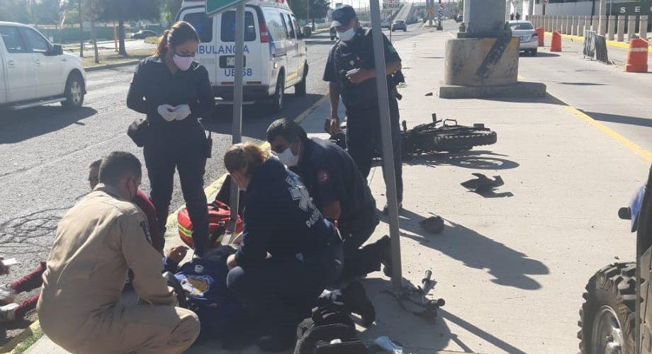 Jóvenes terminan heridos tras caer de su motocicleta