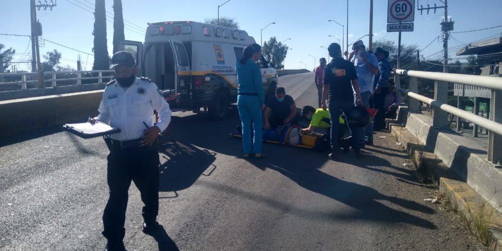 Mujer termina en el hospital tras choque entre motocicletas