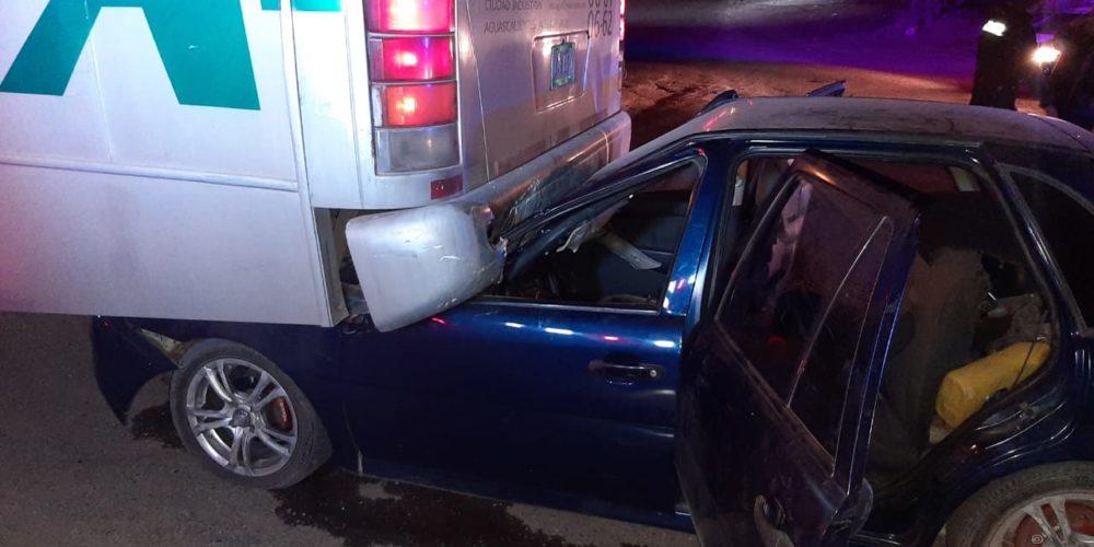 Auto termina debajo de un camión en Jesús María