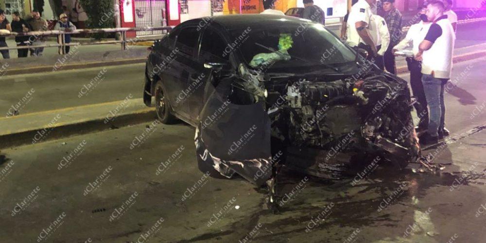 Borracho destrozó su vehículo y dejó a su novia herida en el puente de la México