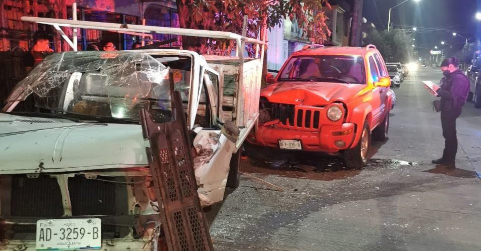 Ebrio conductor choca contra vehículos estacionados en Las Arboledas