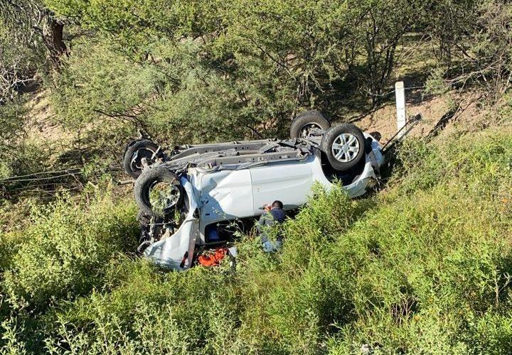 Aguascalentenses vuelcan en la autopista a León y quedan graves