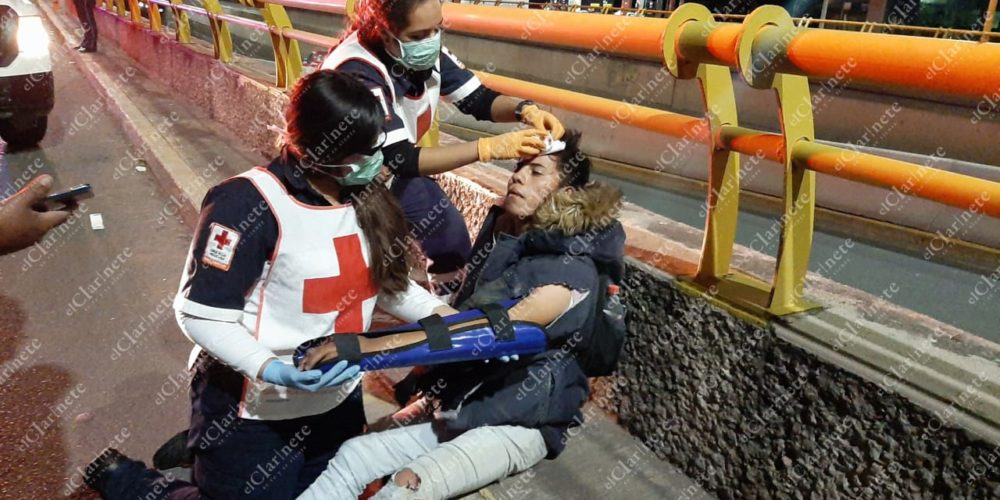 Motociclista ebrio cayó frente a Plaza Universidad y resultó herido