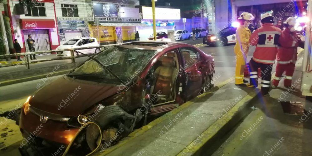 Terminan parranda al chocar contra camellón central de puentes de La México