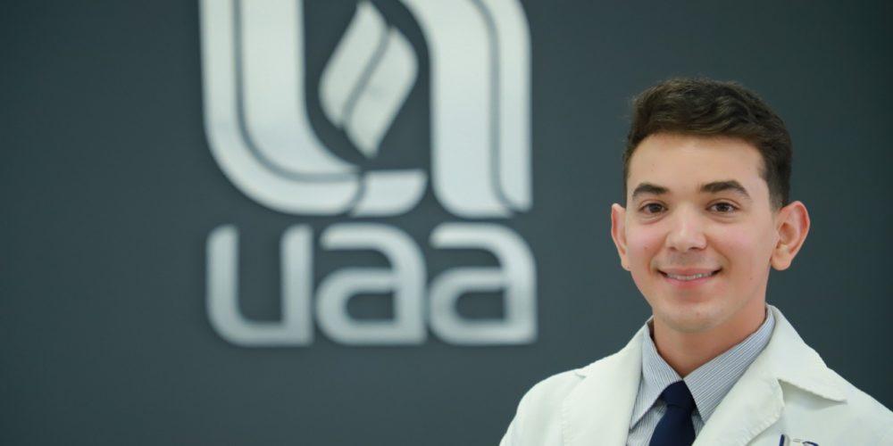 Egresado de la UAA recibe premio nacional por excelencia académica
