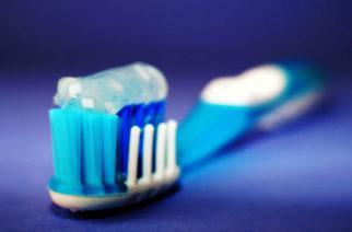 Cepillo de dientes es extraído del estómago de un hombre que lo tragó por accidente