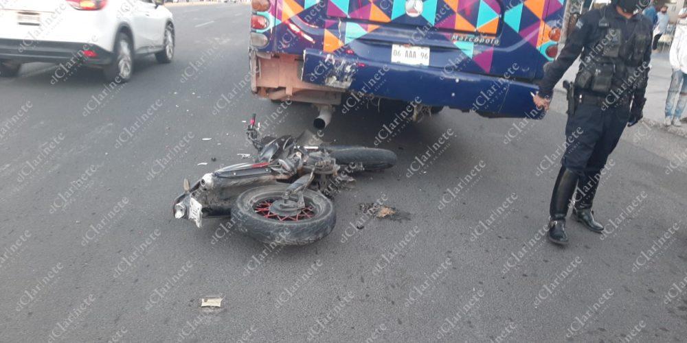 2 jóvenes graves tras choque contra camión urbano en José María Chávez