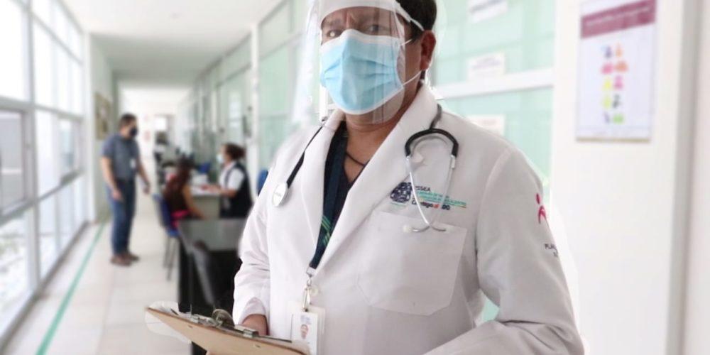Reconoce ISSEA labor de médicos en su día