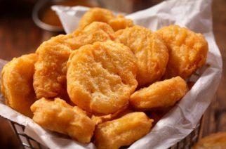 Demandan a niñera de EU por dar nuggets a niños vegetarianos