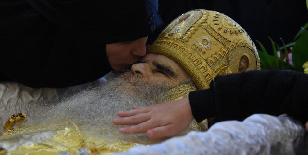 Con besos, miles despiden a arzobispo que murió por Covid-19
