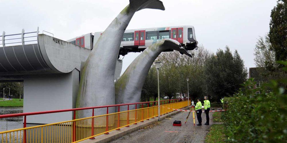 Vagón de tren se descarrilla pero se salva de milagro por una escultura de ballena