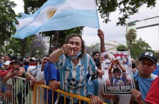 Multitudes acuden a despedirse de Diego Maradona