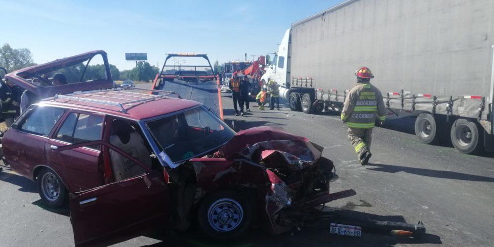 Trailero no respetó luz roja y se lleva a un vehículo en la 45 norte