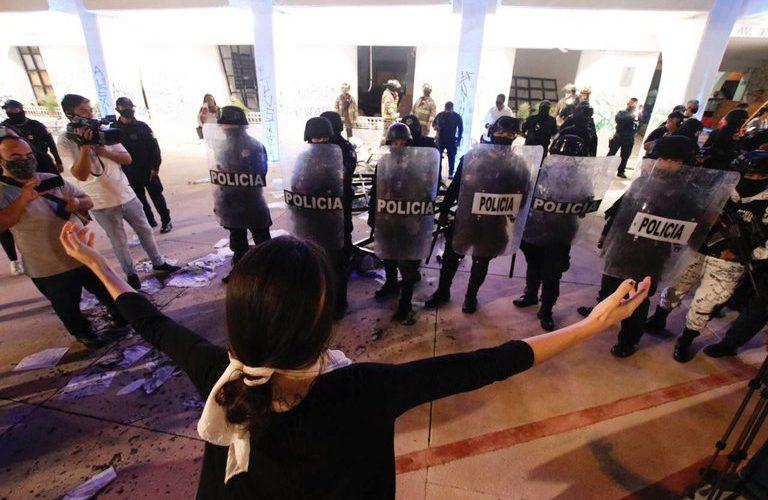 Destituyen a director de la policía de Cancún por reprimir protesta feminista con disparos