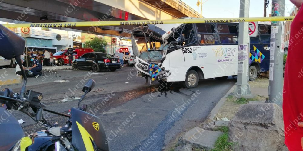 Identifican al muerto y los 5 heridos de choque entre auto y camión urbano