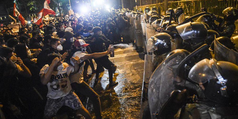 Manifestantes se enfrentan contra policías por nuevo gobierno de Perú