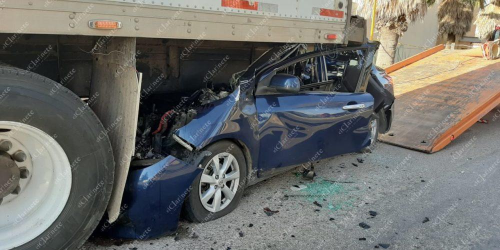 Veloz conductor queda debajo de un camión frente a La Soledad