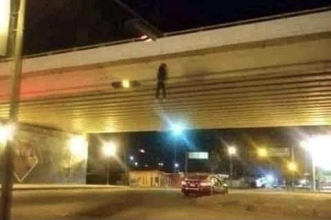 """Reportan """"colgado"""" en puente de Aguascalientes… era un muñeco"""