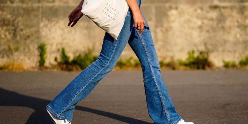 Esta es la forma en la que debes vestir tus jeans acampanados