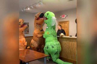 Pareja contrae matrimonio disfrazados de dinosaurios