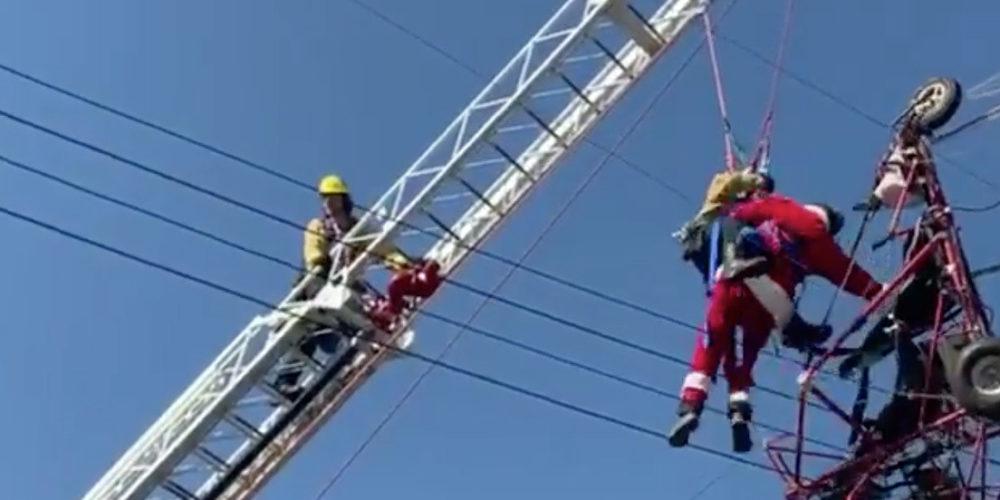 (VIDEO) Un Santa Claus se enreda entre cableado eléctrico en California