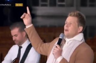 """(Video)Con rap, Alexander Acha canta """"La Guadalupana"""" en La Villa; lo destrozan en redes"""